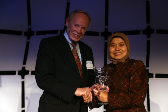 Douglas Johnston presents the Global Peace Award to Ms. Tri Mumpuni at the Global Peace Convention 2012.