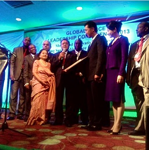 Dr. Manu Chandaria presents Dr. Moon with the UN Award given to GPF Kenya in recognition for its work with sustainable peace and youth empowerment.