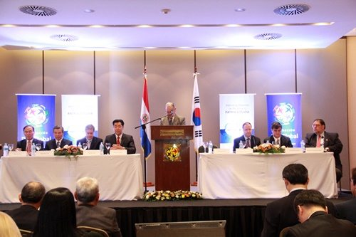 Business and government leaders at a symposium highlighting Korea's development model for Paraguay.
