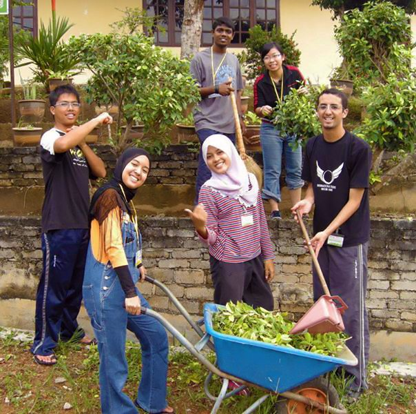 Global Peace Volunteers cleaning up communities in Malaysia