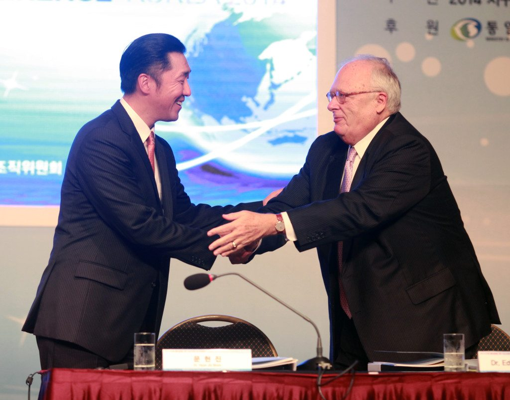 Dr. Hyun Jin Moon greets Dr. Edwin J. Feulner at the 2014 Global Peace Leadership Conference in Seoul.