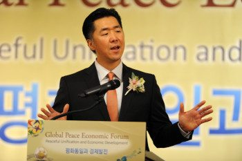 Dr. Hyun Jin Moon Presents Economic Paradigm for Reunification, Sisa Newspaper