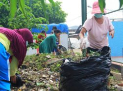 Families from Rusunawa Flamboyan clean their community together
